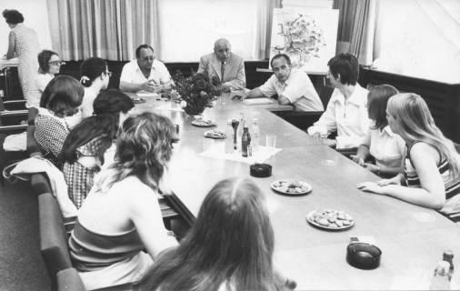 ARH Slg. Bartling 85, Tischgespräch mit jungen Frauen im Rathaus, 1973
