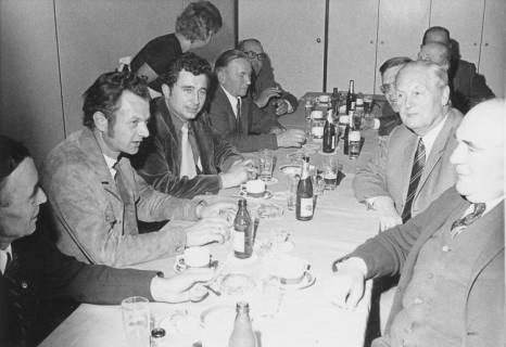 ARH Slg. Bartling 91, Sitzung mit Verwaltungsangehörigen und Ortsvertrauensleuten im FZZ am Tisch, um 1975