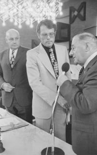 ARH Slg. Bartling 131, Erich Rudolph, Alterspräsident, gratuliert Fritz Temps zur Wahl zum Bürgermeister, 1974