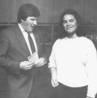 ARH Slg. Bartling 139, Dietmar Kansy (MdB, CDU) im Gespräch mit einer jungen Frau, um 1985