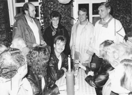ARH Slg. Bartling 140, Politiker aus dem Ortsrat und Stadtrat beim abendlichem Umtrunk, um 1985