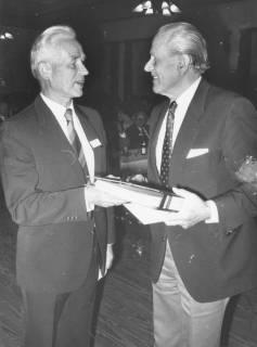 ARH Slg. Bartling 142, Überreichung eines Aktenordners vor einer Versammlung, um 1985
