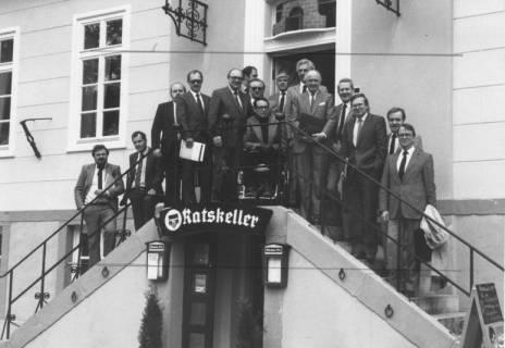 ARH Slg. Bartling 152, Versammlung von Stadtdirektoren auf der Außentreppe des historischen Rathauses / Ratskeller, um 1985