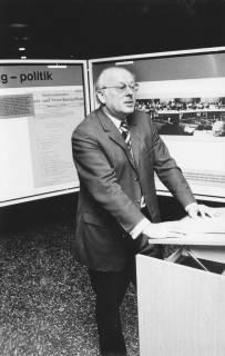 ARH Slg. Bartling 153, Alfred Leddin, Vorsitzender des Großraumverbandes, am Rednerpult stehend vor Stellwänden mit Exponaten zum Verband, um 1975