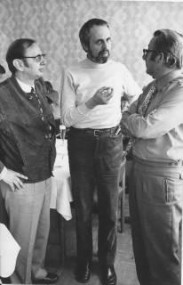 ARH Slg. Bartling 164, Drei Männer stehend in einer Diskussion, 1973