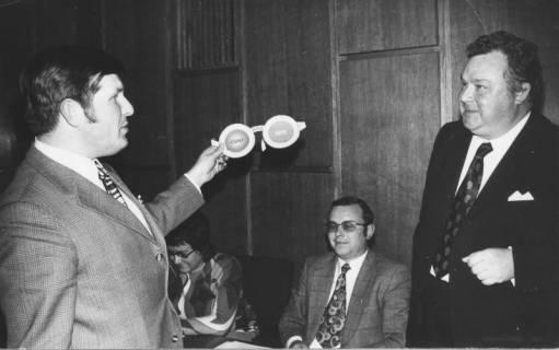 ARH Slg. Bartling 167, Dietmar Kansy, MdB (CDU), überreicht dem Landrat Alfred Semsroth (SPD) eine Scherzbrille, 1972