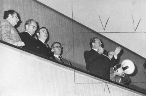 ARH Slg. Bartling 168, Willy Brandt, Bundeskanzler (SPD) spricht in Neustadt am Rübenberge mit Megaphon von einem Balkon im FZZ, 1974