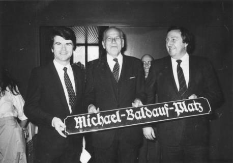 """ARH Slg. Bartling 171, Michael Baldauf, MdL (CDU), erhält zum 60. Geburtstag ein Straßenschild mit der Aufschrift """"Michael-Baldauf-Platz"""", um 1980"""
