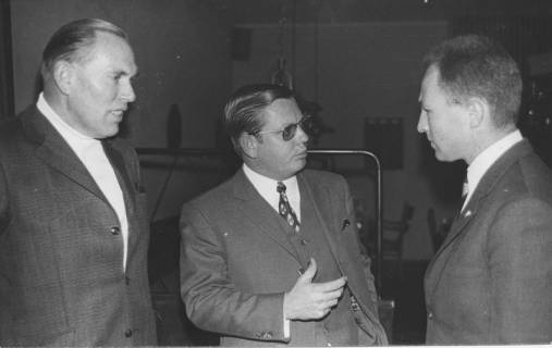 ARH Slg. Bartling 172, Gruppe von drei Männern stehend in einer Diskussion im Krankenhaus, 1970