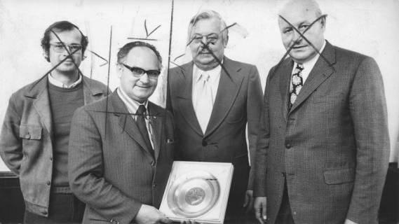 ARH Slg. Bartling 173, Herbert Gubba, Bürgermeister (SPD), erhält den Neustädter Ehrenteller, 1974