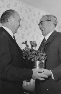 ARH Slg. Bartling 180, Egon Franke, MdB (SPD) (links), überreicht Paul Hergt eine Messing-Schale mit Veilchen, 1971