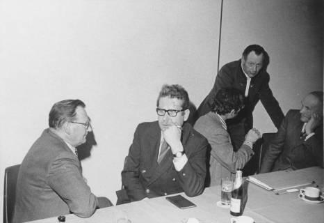 ARH Slg. Bartling 181, Fünf Männer am Tisch sitzend, um 1970