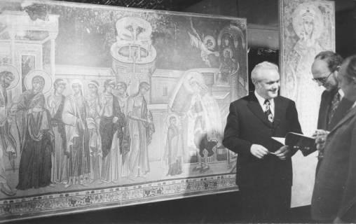 ARH Slg. Bartling 182, Radojevic, jugoslawischer Konsul und OKD Droste in einem Museum (?) stehend vor zwei Bildern mit Religiösen Motiven, 1975