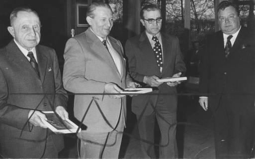 ARH Slg. Bartling 185, Ehrung (?) von drei Kreistagsabgeordneten durch Alfred Semsroth, Landrat (SPD) (rechts), 1973