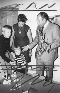 ARH Slg. Bartling 191, Klaus-Peter Bruns, Niedersächsischer Minister für Ernährung, Landwirtschaft und Forsten (SPD) gratuliert einem Kind mit zwei Frauen (2. v. l.: Odilgard Menke-Eden), 1971