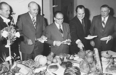 ARH Slg. Bartling 193, Fünf Männer am kalten Buffet, um 1970