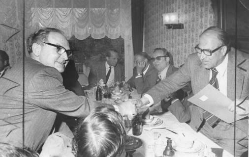 ARH Slg. Bartling 198, Herbert Gubba, Bürgermeister, reicht N. N. über den Tisch seine Hand, 1974