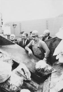 ARH Slg. Bartling 203, Ministerpräsident Ernst Albrecht informiert sich über die Müllabfuhr, um 1975