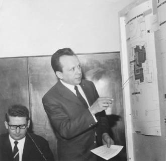 ARH Slg. Bartling 206, Architekt Wilfried Ziegemeier, Hannover, erläutert die Baupläne zum FZZ, um 1975