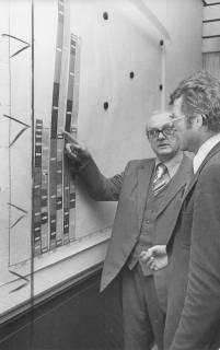 ARH Slg. Bartling 208, Stadtkämmerer Opitz erläutert dem Bürgermeister Temps eine Statistik der Jahre 1973-1975 an der Magnettafel, um 1975