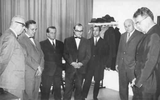 ARH Slg. Bartling 210, 7 Männer im Halbkreis stehend, um 1975