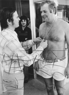 ARH Slg. Bartling 213, Überreichung einer Medaille an den Schwimmmeister Helmut Janßen, 1974