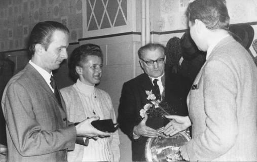 ARH Slg. Bartling 218, Stadtdirektor Felix Rohde ehrt drei (ehem.?) Mitarbeiter / Ratsmitglieder (?), 1970