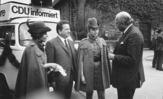 ARH Slg. Bartling 226, Landesminister Dr. Narjes (rechts) im CDU-Wahlkampf, 1969