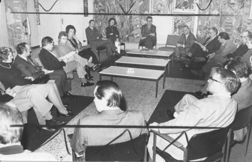 ARH Slg. Bartling 233, Stadtdirektor Felix Rohde (am oberen Bildrand) inmitten eines Stuhlkreises von Frauen und Männern, 1973