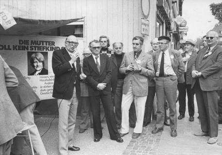 ARH Slg. Bartling 235, Wolfgang Mischnik, Vorsitzender der FDP-Fraktion im Bundestag, mit einem Mikrofon in der Hand stehend vor einem Werbestand der FDP in Neustadt am Rübenberge, 1974