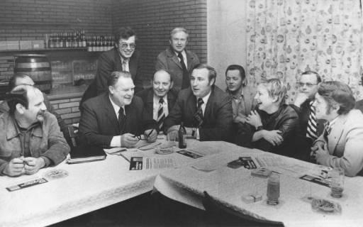 ARH Slg. Bartling 243, Heinz Westphal, parlamentarischer Staatssekretär (SPD) im Bundesministerium für Jugend und Familie, in Gesellschaft von Neustädter SPD-Politikern, 1974