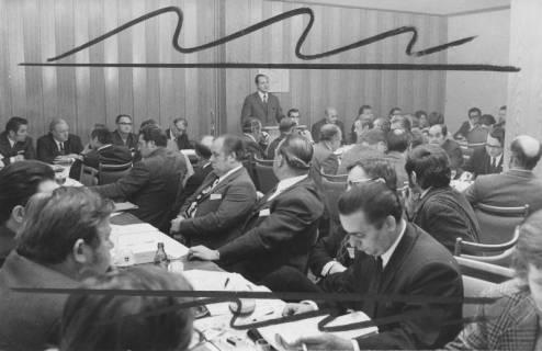 ARH Slg. Bartling 247, Kreistagssitzung, Mitglieder an Tischen sitzend, oben in der Bildmitte der stellvertretender Landrat Klaus Baron am Rednerpult, 1971