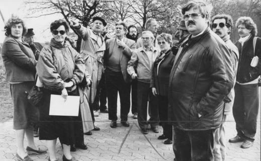ARH Slg. Bartling 250, Stadtführung einer gemischten Gruppe durch Stadtdirektor Felix Rohde (mit Baskenmütze), um 1980