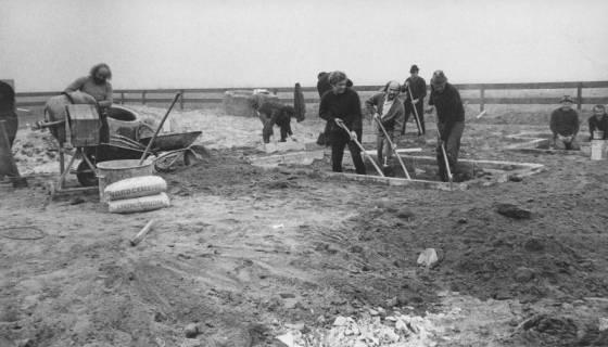 ARH Slg. Bartling 254, Mitglieder der SPD helfen bei Erdarbeiten für einen Kinderspielplatz in der Habichtstraße, um 1980