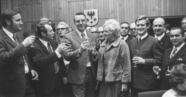 ARH Slg. Bartling 255, Friedel Schirmer, MdB (SPD), beim Sektempfang im FZZ, um 1980