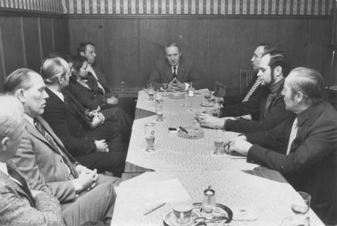 ARH Slg. Bartling 258, Neun Männer und eine Frau beim Frühschoppen der CDU, 1975