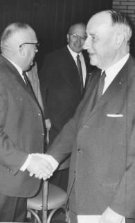 ARH Slg. Bartling 271, Georg Diederichs, Ministerpräsident des Landes Niedersachsen (SPD), gratuliert Friedrich Falkmann, Eilvese, 1969
