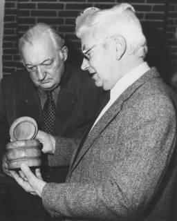 ARH Slg. Bartling 278, Henry Hahn, Bürgermeister, läßt sich von unbekanntem älteren Herrn eine gedrechselte Dose zeigen, um 1980