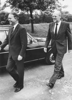 ARH Slg. Bartling 279, Ernst Albrecht, Ministerpräsident (CDU), gefolgt von Oberkreisdirektor Herbert Droste, um 1980
