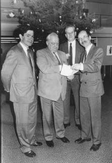 ARH Slg. Bartling 281, Übergabe einer Spende an die Stadt Neustadt am Rübenberge durch zwei Vertreter, 1987