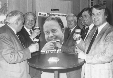 ARH Slg. Bartling 284, Wilfried Hasselmann, Niedersächsischer Minister des Innern, im Kreis von CDU-Politikern in Neustadt am Rübenberge, um 1980