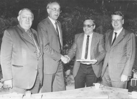 ARH Slg. Bartling 285, N. N. überreicht Karl Faßhauer (2. v. r.) ein Buch, links Henry Hahn, Bürgermeister, rechts Gernot Feldmann,, um 1980