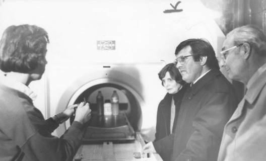 ARH Slg. Bartling 289, Georg Jendritza und Dietmar Kansy (v. r.) lassen sich über ein medizinisches Gerät informieren, um 1980