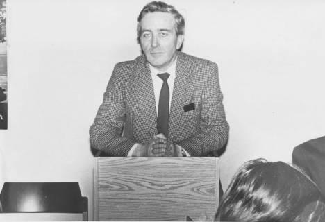 """ARH Slg. Bartling 292, Mann mit """"betenden Händen"""" am Rednerpult , um 1980"""