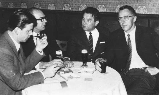 ARH Slg. Bartling 297, Vier Männer am runden Tisch sitzend, 1970