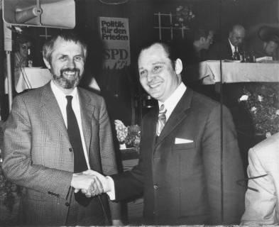 ARH Slg. Bartling 301, Peter von Oertzen, niedersächsischer Kultusminister, wird begrüßt von Claus Baron auf einer SPD-Veranstaltung, 1972