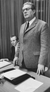 ARH Slg. Bartling 302, Richard Lehners, Niedersächsischer Minister des Innern, am Tisch stehend, daneben sitzend N. N., 1972
