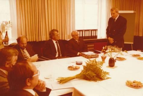 ARH Slg. Bartling 303, Standesbeamter Bernhard Klawitter (2. v. r.) wird von Stadtdirektor Felix Rohde verabschiedet, 1980