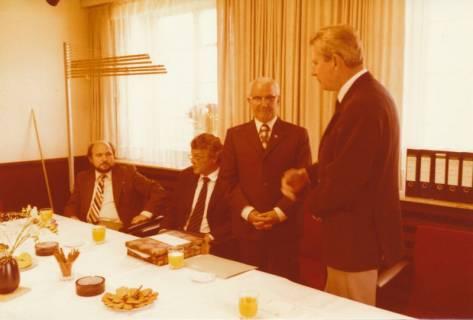 ARH Slg. Bartling 304, Standesbeamter Bernhard Klawitter (2. v. r.) wird von Stadtdirektor Felix Rohde verabschiedet , 1980