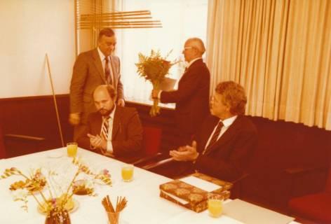 ARH Slg. Bartling 305, Standesbeamter Bernhard Klawitter (2. v. r.) wird verabschiedet , 1980